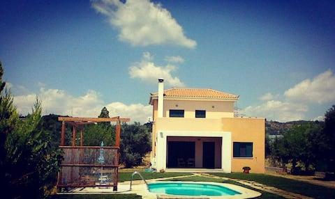 Будинок з басейном, садом та каміном