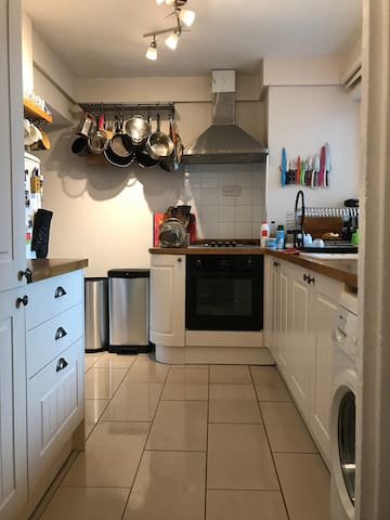 Double Room furnished, quiet street, close to tube