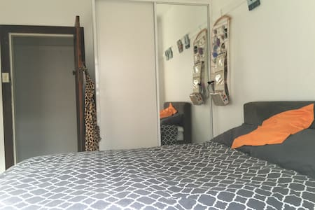 Small bright bedroom w double bed - Earlwood
