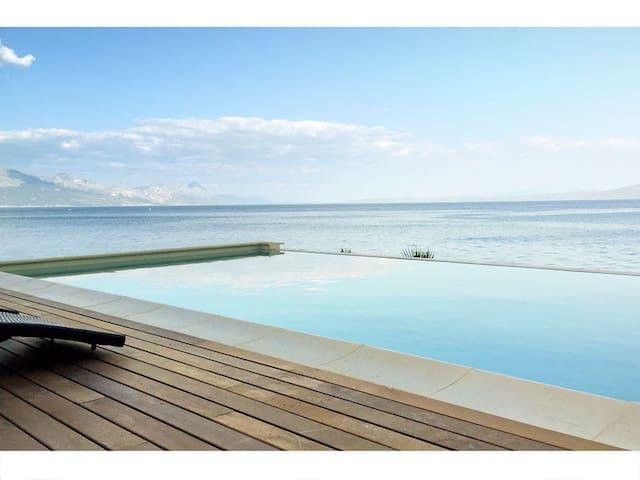 Amazing seafront setting.