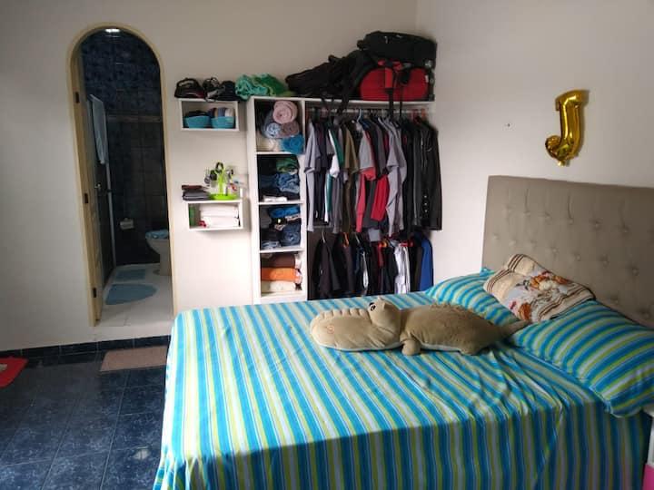 Suítes grandes com sala, cozinha, área de serviço