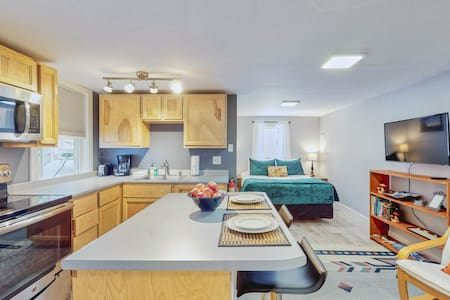 Romantic getaway for two w/full kitchen - near lakes & parks