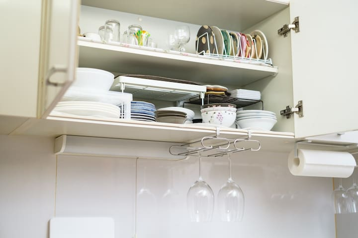 Kitchen:The kitchen is equipped with all dishes, utensils and seasonings. One of the pleasures of traveling abroad is going to a supermarket and You should want to know what people in that country are eating! / 台所にはあらゆる食器と調理器具、調味料が用意してあります。