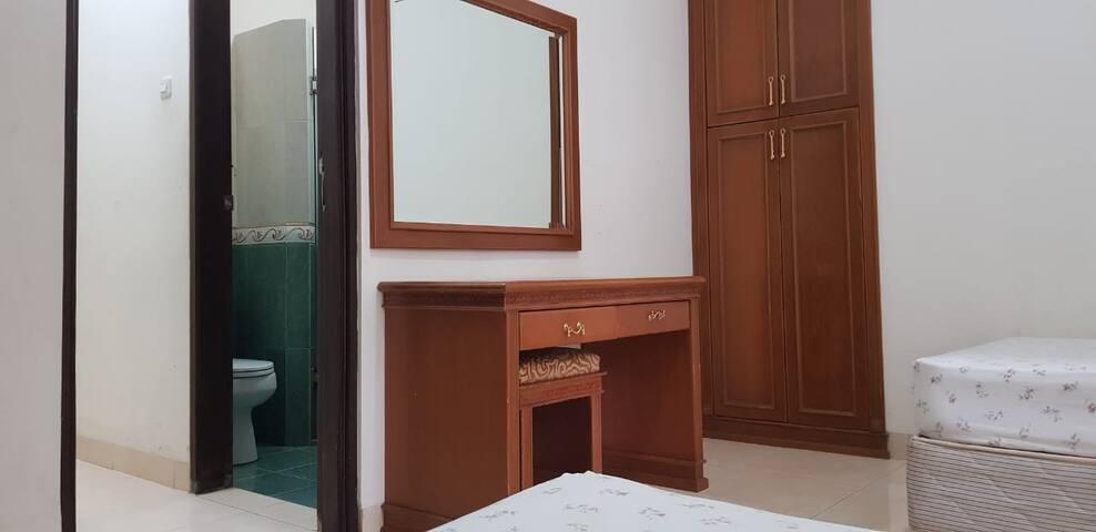 Kamar  connecting dengan gambaran kamar mandi yg berada di tengah antara 2 kamar connecting ini