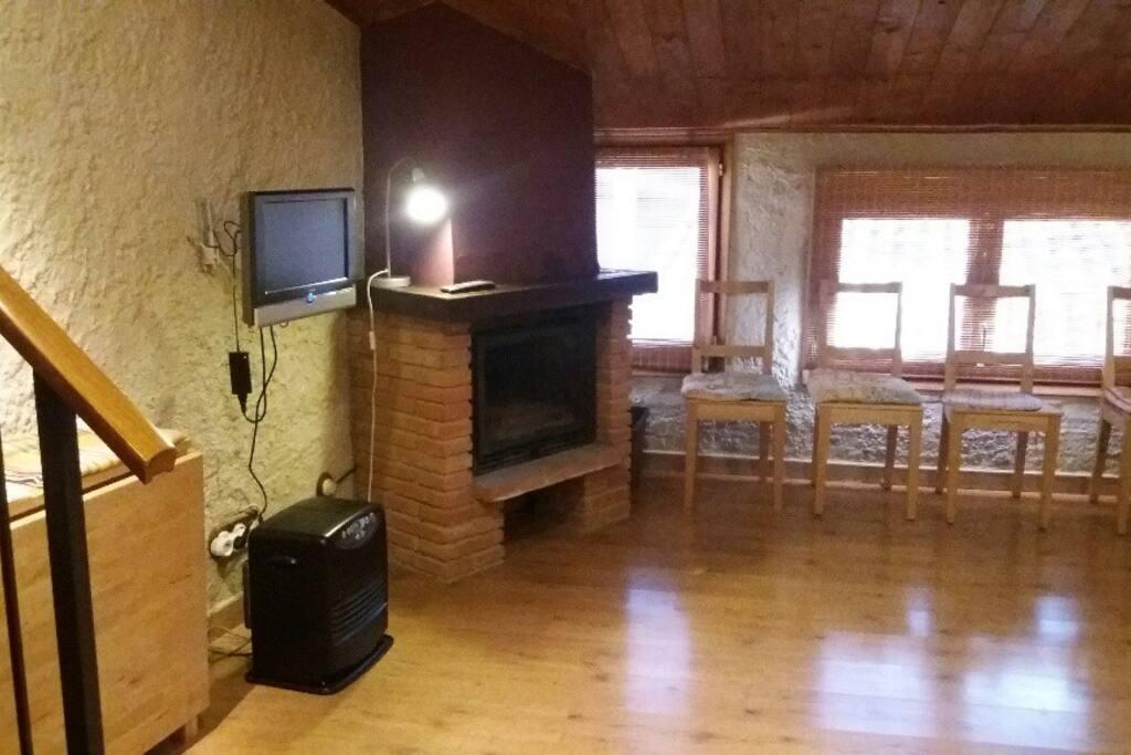Salón comedor con chimenea y TV