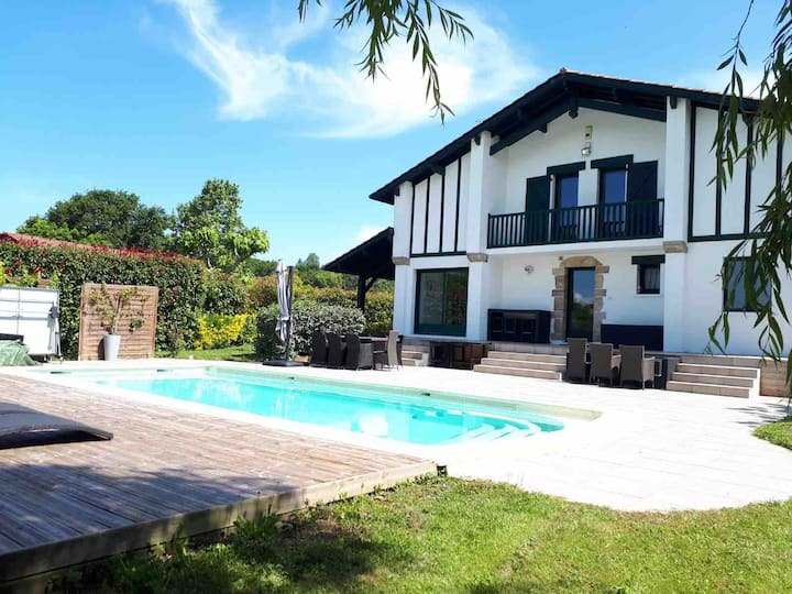 Villa de standing  piscine  au sel