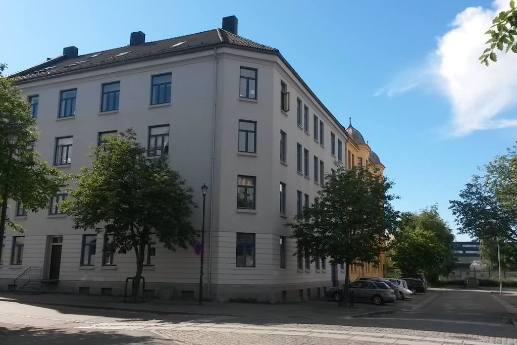The window in the corner on the 2nd floor (3.etasje) belongs to one the bedrooms, and the five windows to the right is the rest of the apartment.