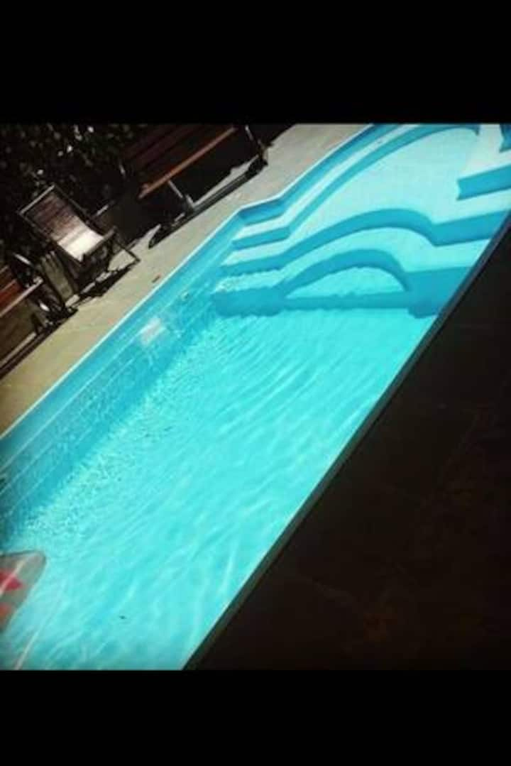 Quarto mobiliado com piscina