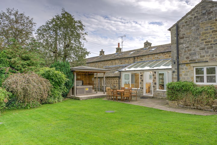 Hookstone House - 5-bedroom rural cottage with hot tub and pub nearby