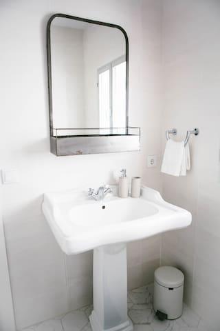 Middle floor shared bathroom