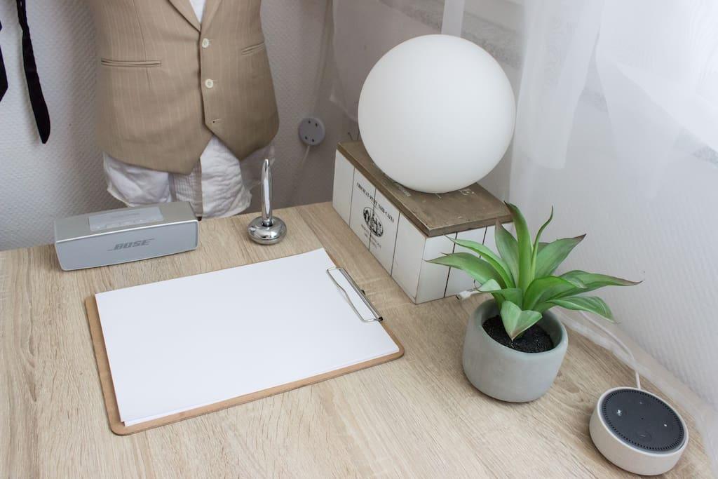 Bose Box für ein tolles Beschallen des Raums // Stift & Block (freue mich stets über persönliche Notizen von euch ;D) // Amazon Alexa & Philips Hue Smarthome Lampe (noch eine im Bettbereich)