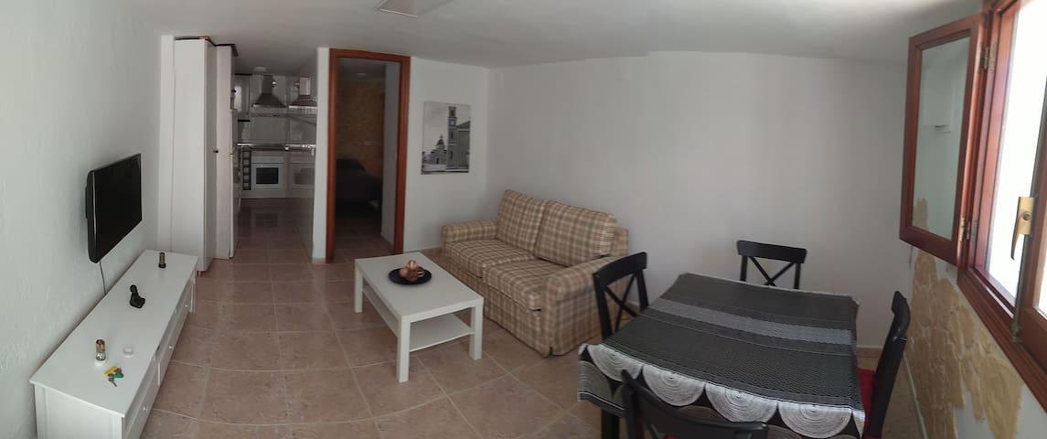 Comedor con sofá cama, mesa y sillas