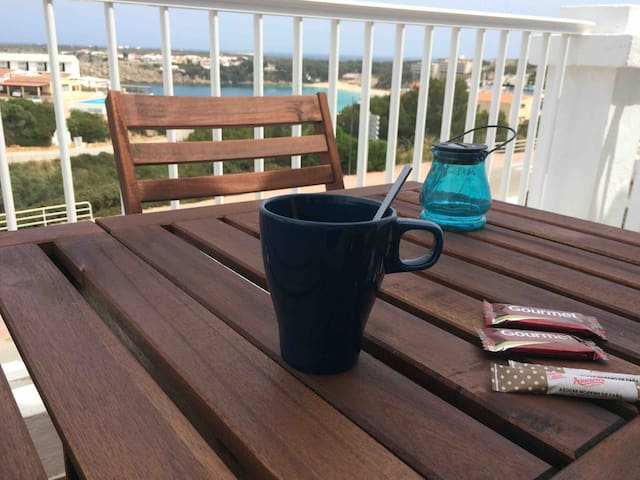 Desayuno en la terraza delantera.