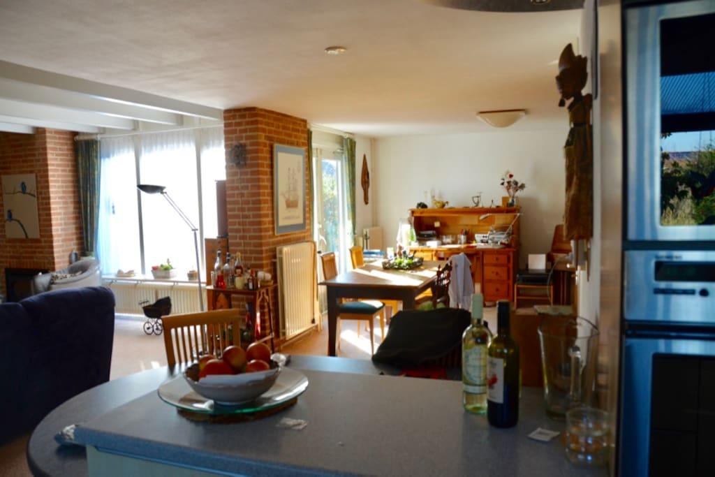 woonkamer eetbar en eettafel