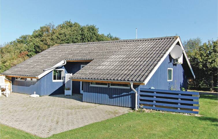 Holiday cottage with 3 bedrooms on 65 m² in Hemmet