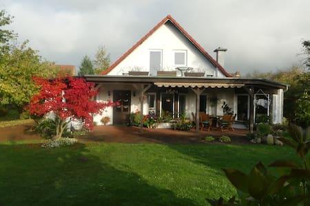 Ruhige Wohnung im großen Garten - Zehna - Byt