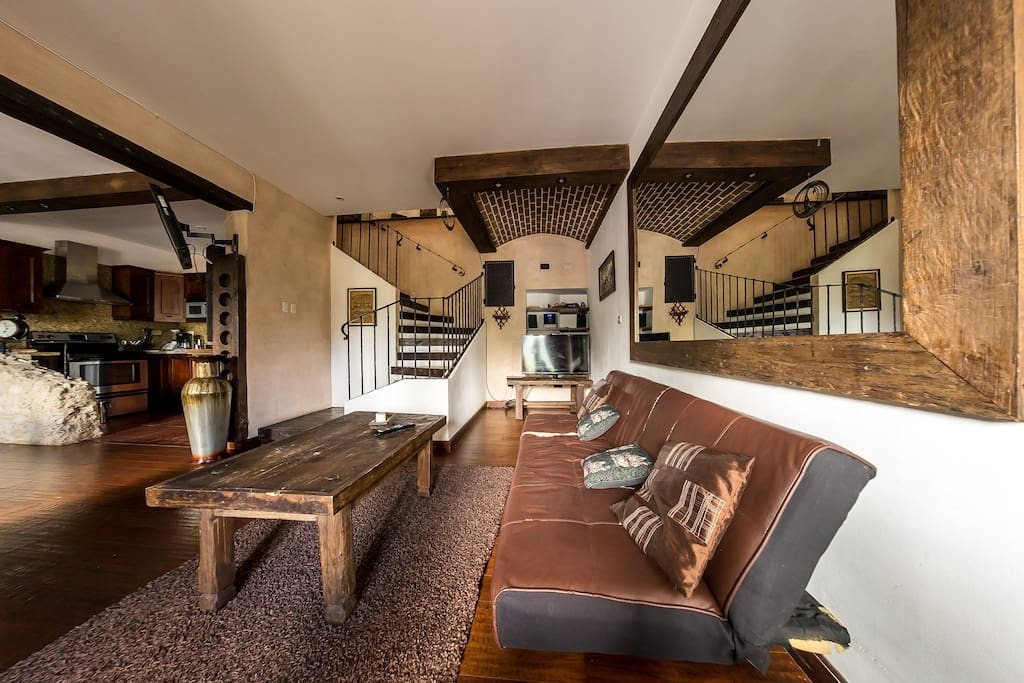 Cuenta en el primer nivel con sala, comedor y cocina.