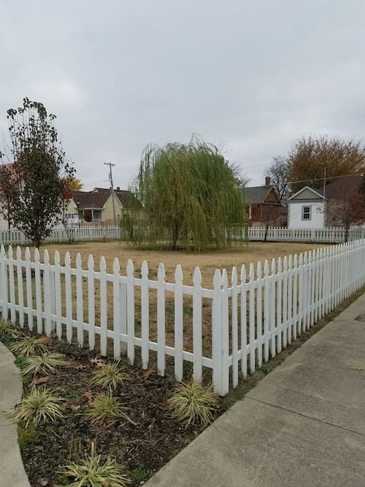 Enclosed right side yard