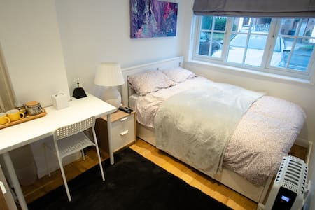 Relax in cosy,modern&private En suite room with TV