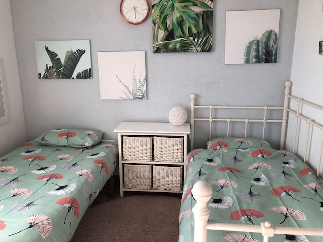 twin bedroom with 2 full sized beds