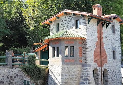 Pavillon de garde château de la Cheyrelle à Dienne