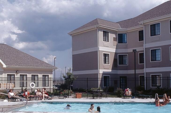Studio Near U of Nebraska. Free Breakfast. Outdoor Pool & Hot Tub.