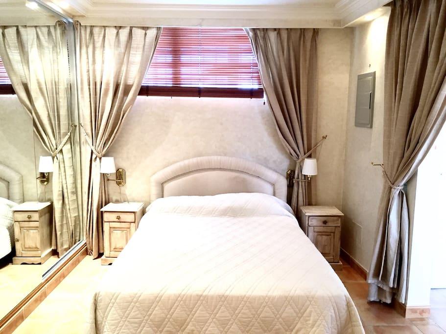 Chambre à coucher, avec lit double et armoires-penderies