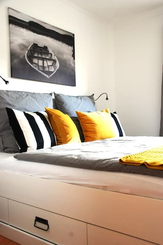 kuscheliges Schlafzimmer mit Bett (1,80x2,00 m), Nachttischen & Kleiderschränken
