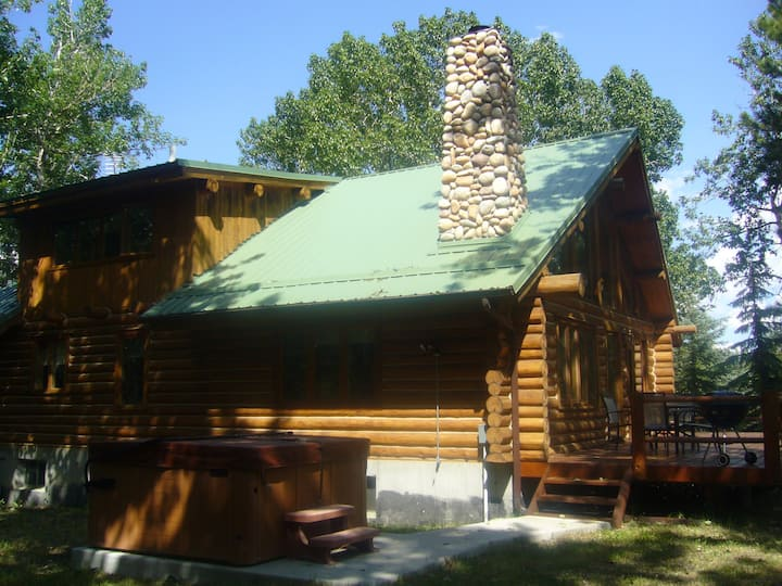 Log Cabin in Woods Hot Tub Easy Access - Red Lodge