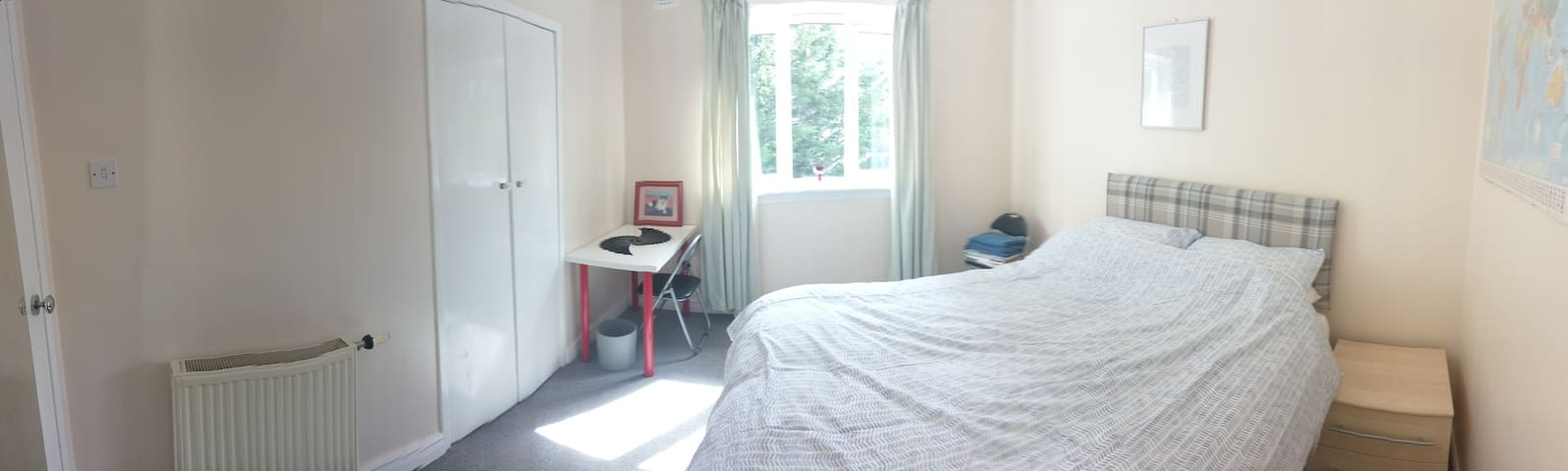 Bright Double Room in Southside