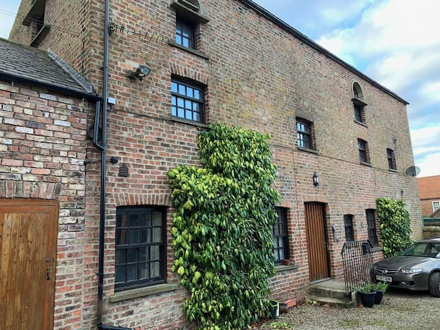 2 The Carriage House, York 6m, Village Location