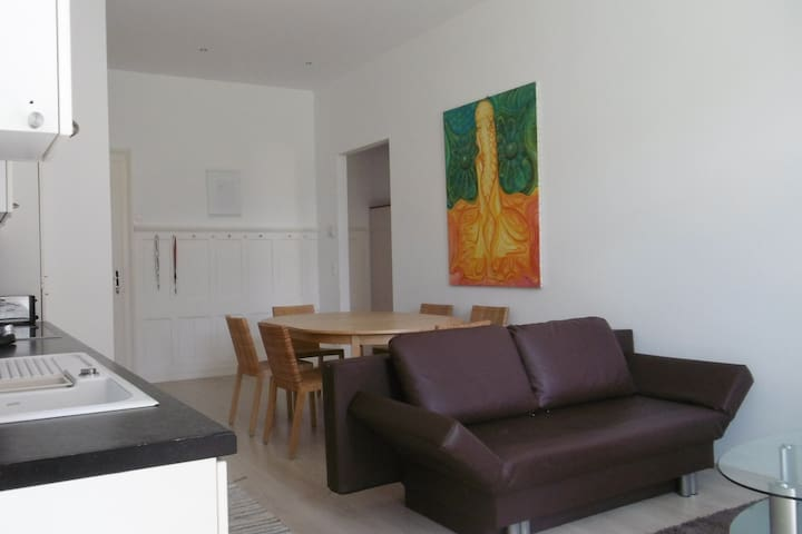 Komfortabler offener Wohnbereich. Comfortable open living space.