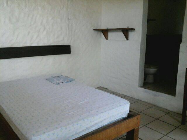 La cama matrimonial y la entrada al baño privado