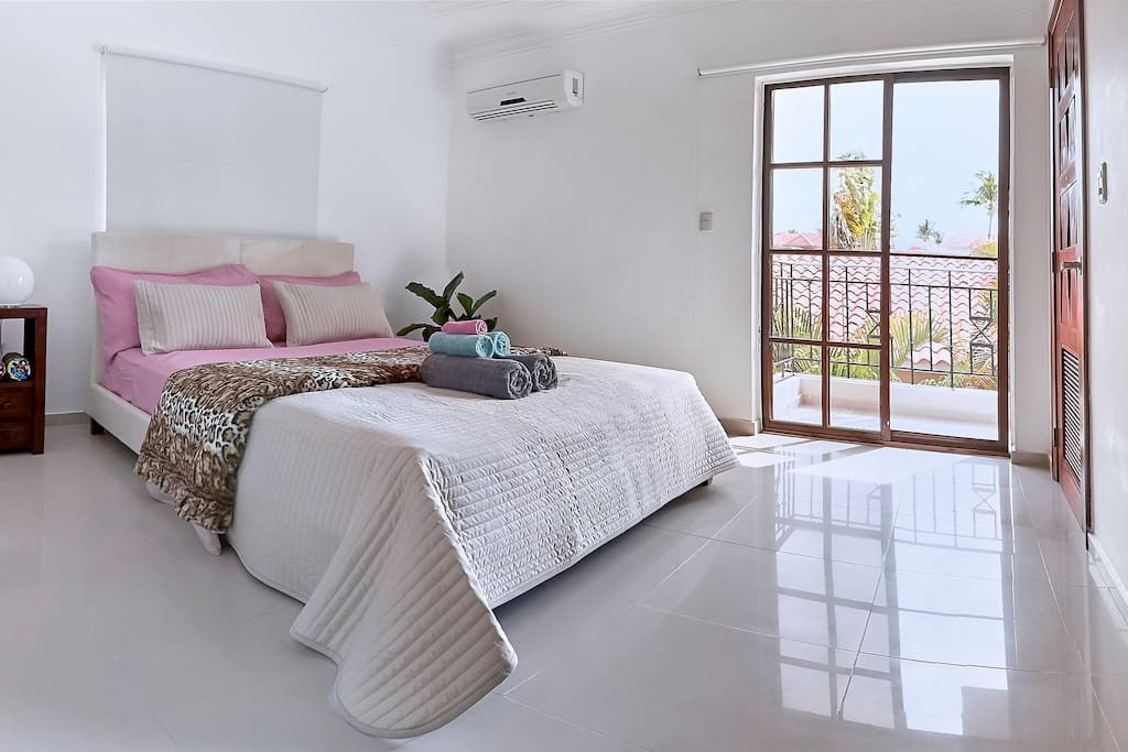 Comfortable beds with fresh linen, AC in every bedroom, light coming from the terrace doors, what else needed for an enjoyable morning?