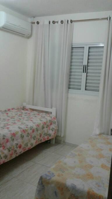 visão da porta de entrada do quarto - duas camas de solteiro e ar condicionado