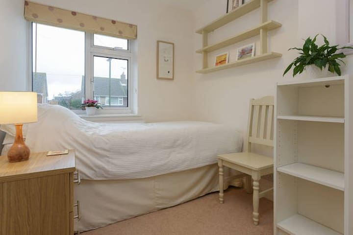 Quiet, single room in Southbourne, with free Wifi