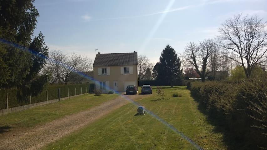 Maison indépendante R+1 sur 2000 m2 de terrain - La Neuville-Roy - Hus