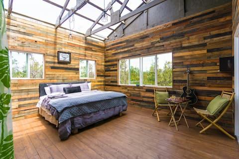 Mokuna Tree House main living area, king size bed