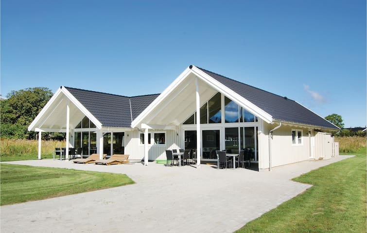 Holiday cottage with 7 bedrooms on 285m² in Tranekær