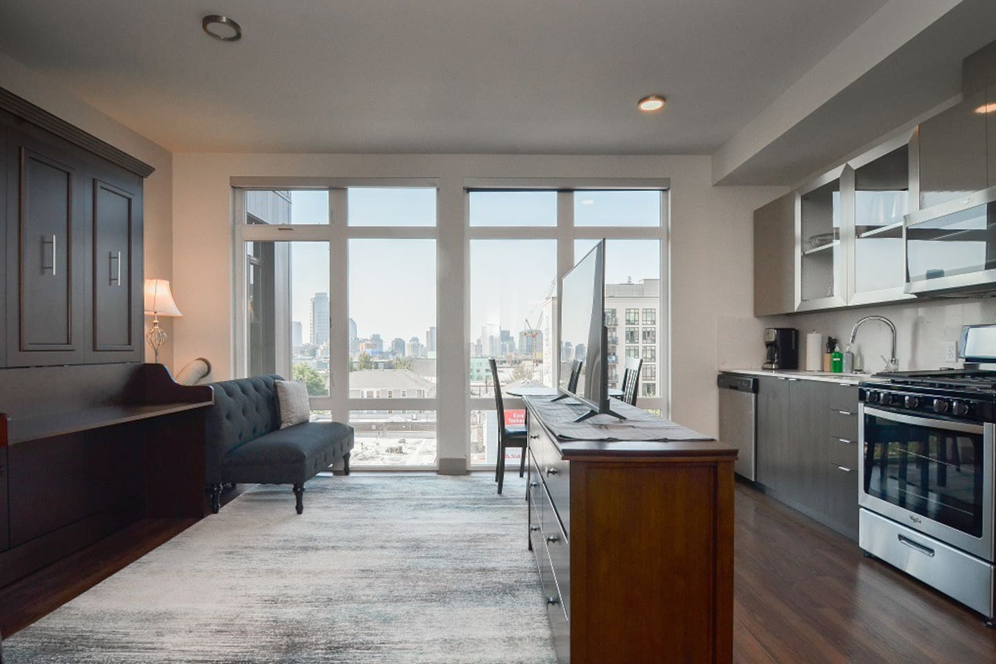 Studio apartment and office all in one place, perfect for those traveling for work or pleasure.