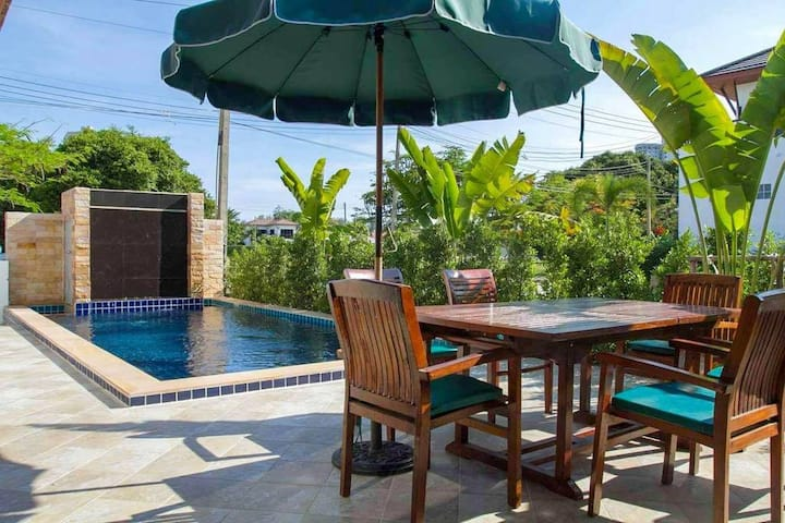 Tropical style 3BR Holiday House w/ Private Pool