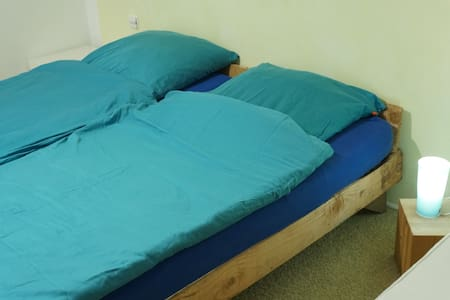 bright, big room with double bed and desk. - Heubach - Wohnung