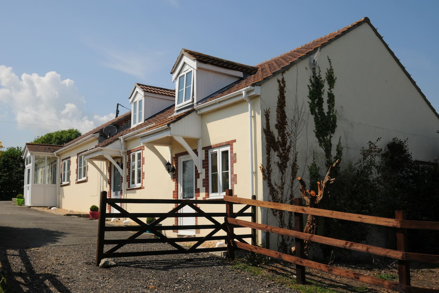 Snaffles Cottage, Wey Meadow Cottages & Stables