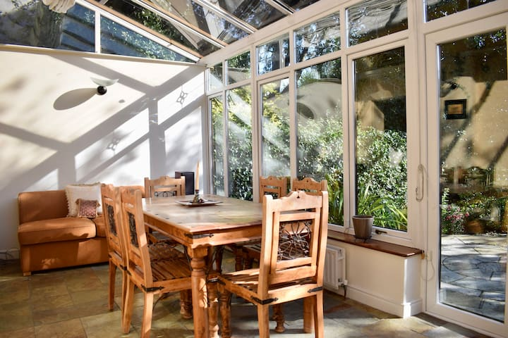 Cozy Central Coach house, Sleeps 5, Free Parking