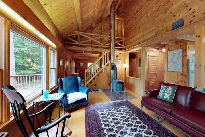 Beautiful rustic home w/lake view, deck & firepit - walk to beach