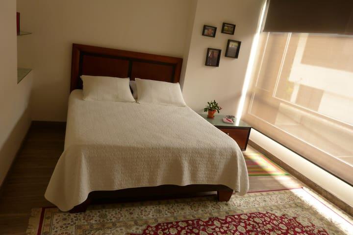 Spacious, clean, cozy room with en-suite bathroom - กีโต - ที่พักพร้อมอาหารเช้า