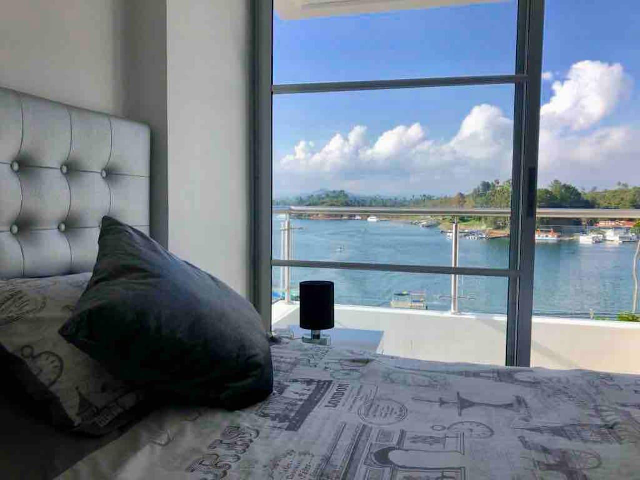 Apartamento Duplex con doble balcón. Nivel 1: cocina, sala con amplio balcón y vista al lago, hamaca y barra. Nivel 2: alcoba principal con balcón, baño + vista al lago y una alcoba secundaria con baño.