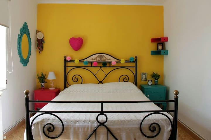One Private ROOM(Sunflower) IN Three Bedroom House