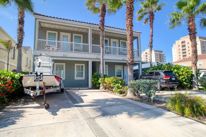 Comfortable, family-friendly condo w/ shared pool - steps to beach, dogs OK!
