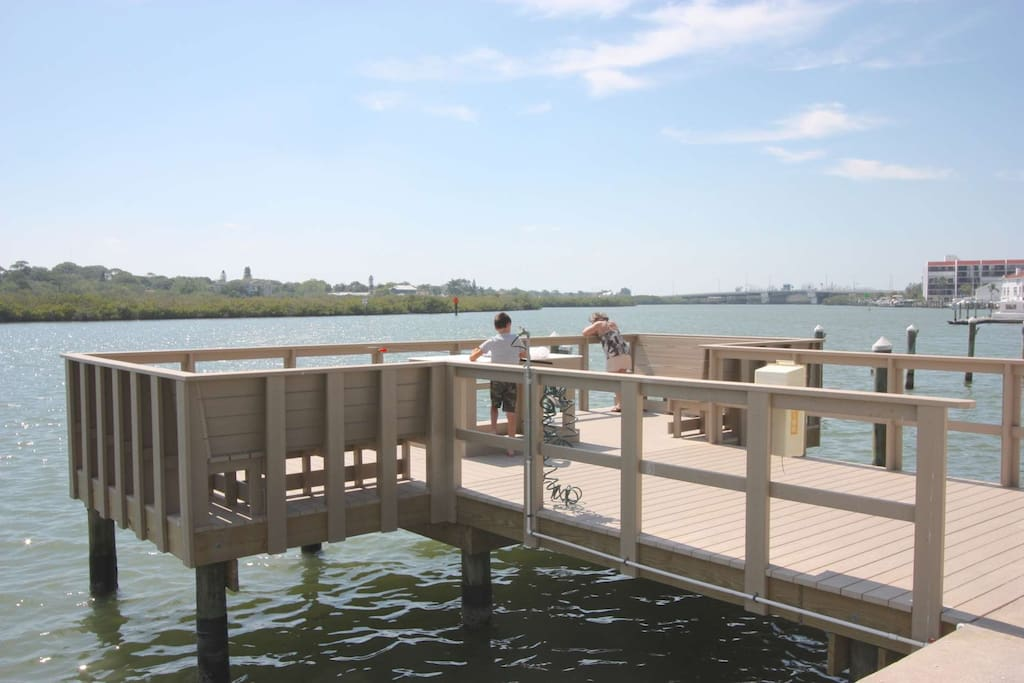 Catch that fresh catch with the kids on this convenient and spacious fishing pier located behind the building